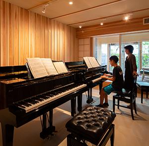 ピアノレッスンの場所として 2台ピアノのレッスン・4名による 連弾のレッスンが可能